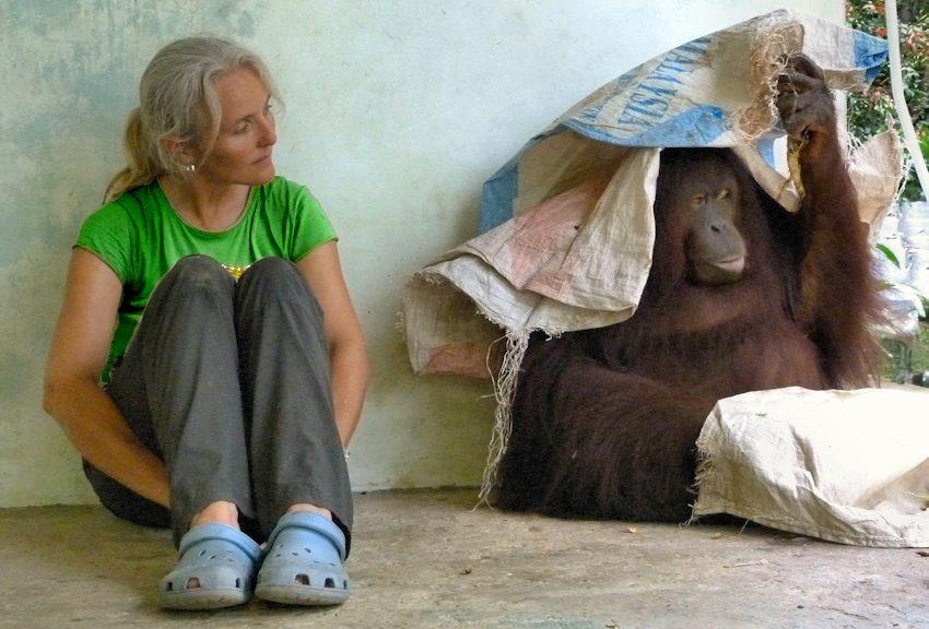 Künstlerin Sabine Koschier mit Jacky Orang-Utan Willkommen