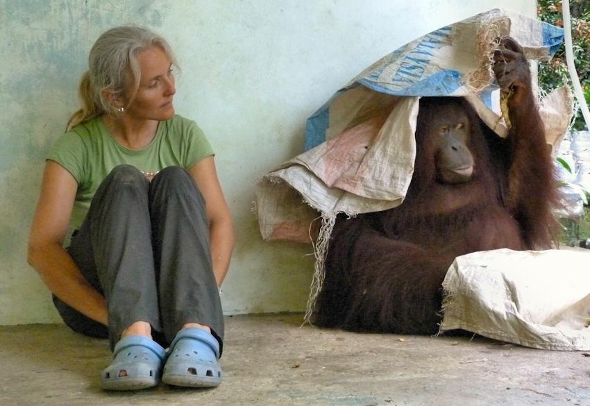 Sabine Koschier und Orang-Utan Dame Jacky auf Borneo