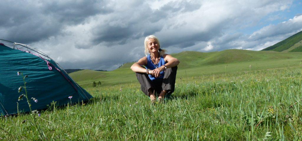 Sabine Koschier in der Natur beim Trekking in der Mongolei