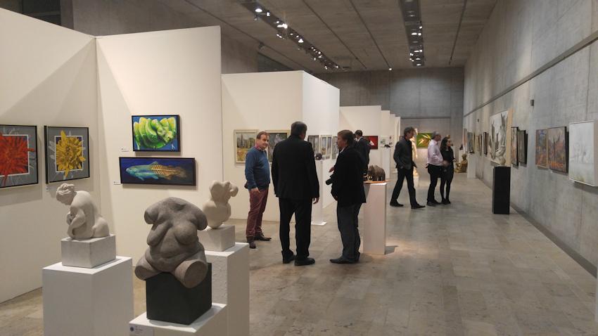 Mit Schlange und Forelle im Museum bei der Kunstausstellung der MKG