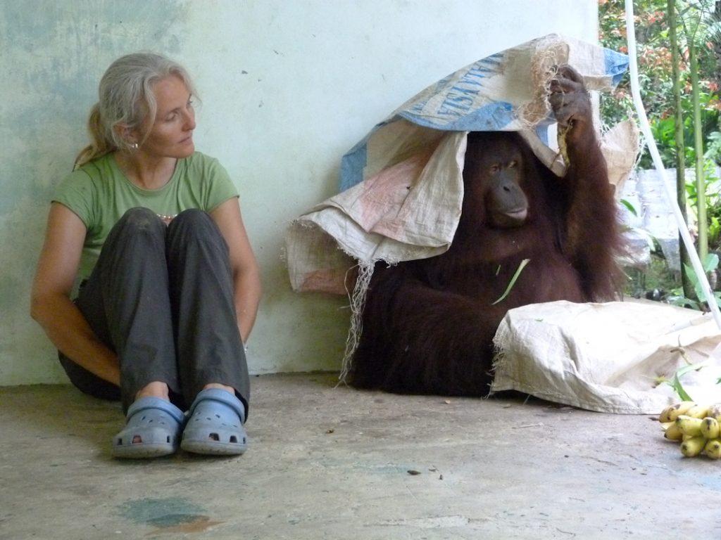 Künstlerin Sabine Koschier und Orang-Utan Dame Jacky