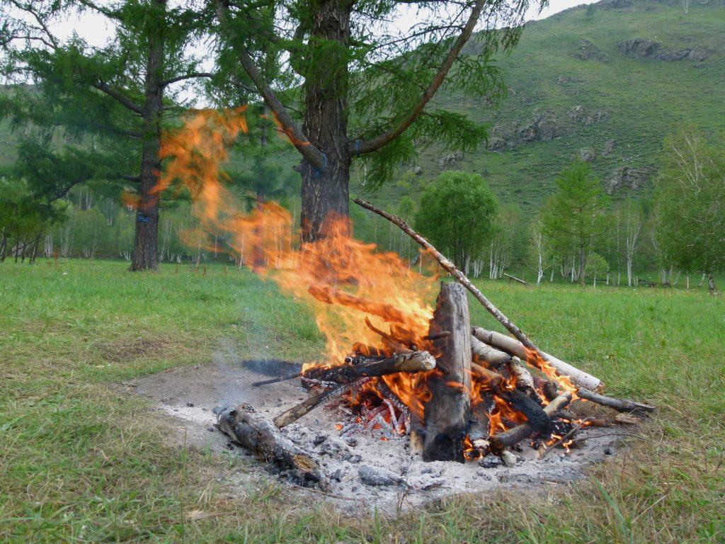 Bei Schamanen: Feuer und Schutzamulette