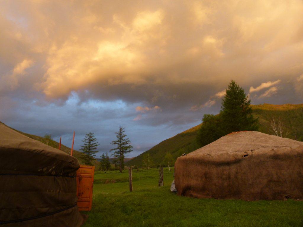 Abendrot und Jurte in der Mongolei