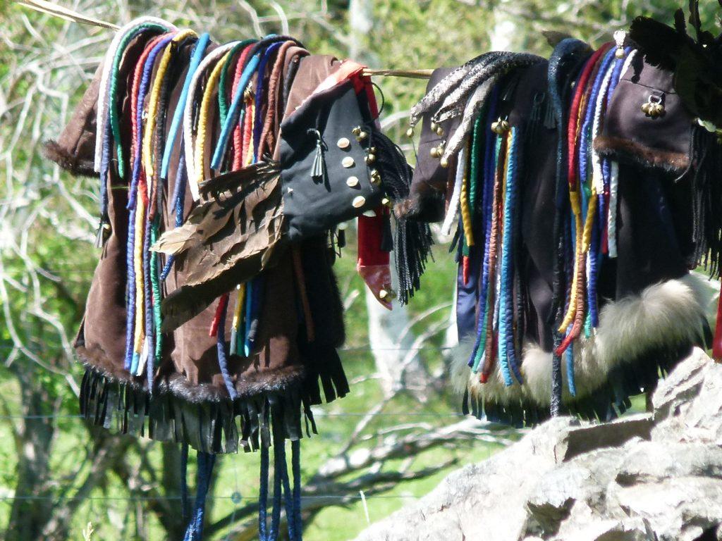 Bei Schamanen: die Kleidung des Schamanen