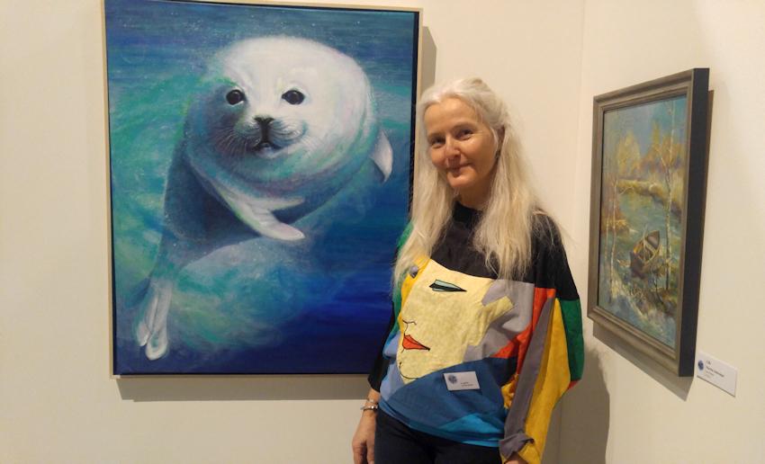 Künstlerin Sabine Koschier mit ihrem Krafttier-Bild Robbe
